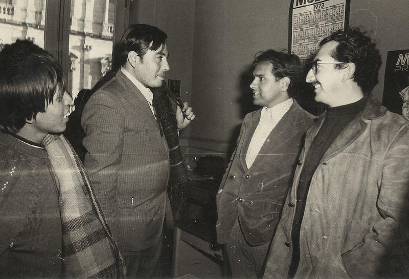 Víctor Orozco y Jaime García (der), recibiendo a Adán Sigala (centro), después de su detención por participar en una huelga de transportistas. Observa Moctezuma Villegas (izq).