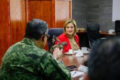 Maru Campos tapa los agujeros de su escudo con militares